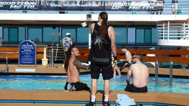 Passagiers testen het zwembad uit.