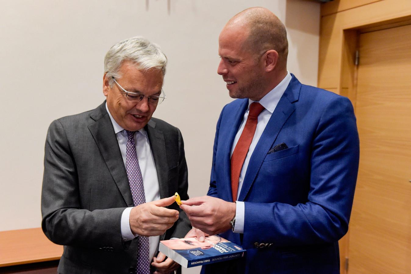 Theo Francken a offert à Didier Reynders son nouveau livre sur la migration, mais aussi un ruban jaune catalan.
