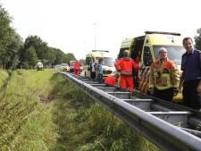 Auto in greppel: traumahelikopter landt naast A58 bij Oirschot