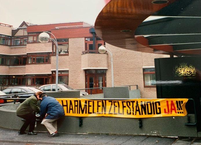 Omwonenden van Harmelen protesteren tegen fusie met Woerden in 1997. Dit spandoek werd opgehangen voor het provinciehuis.