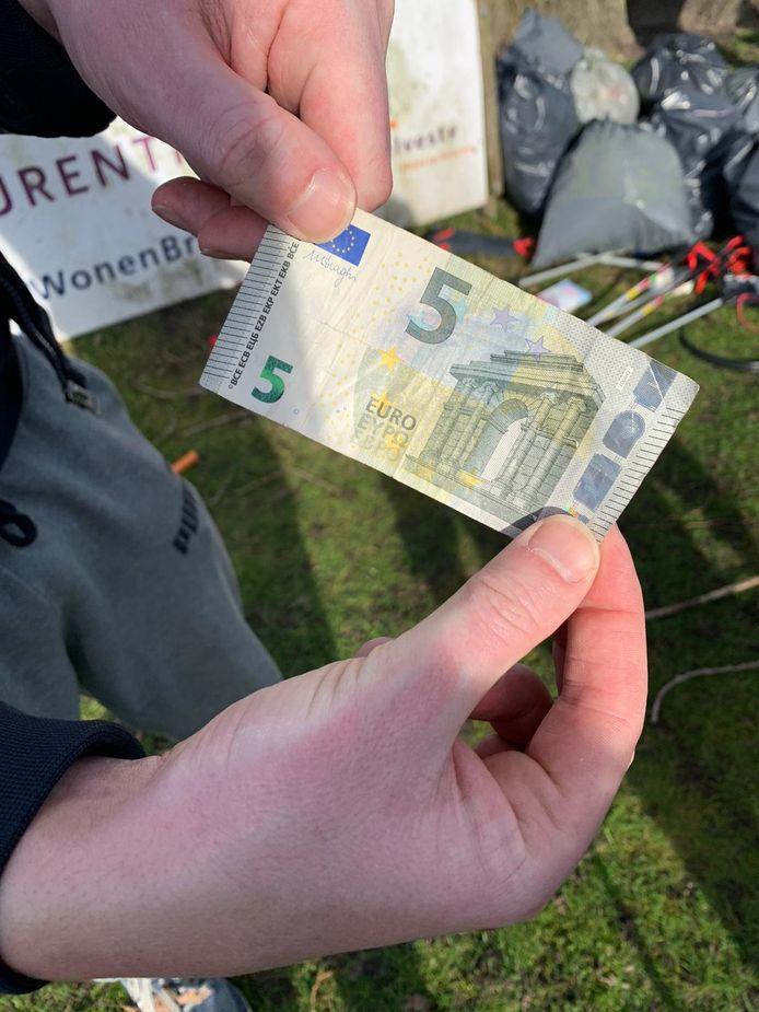 Een brief van 5 euro was een van de opmerkelijkste vondsten tussen het afval.