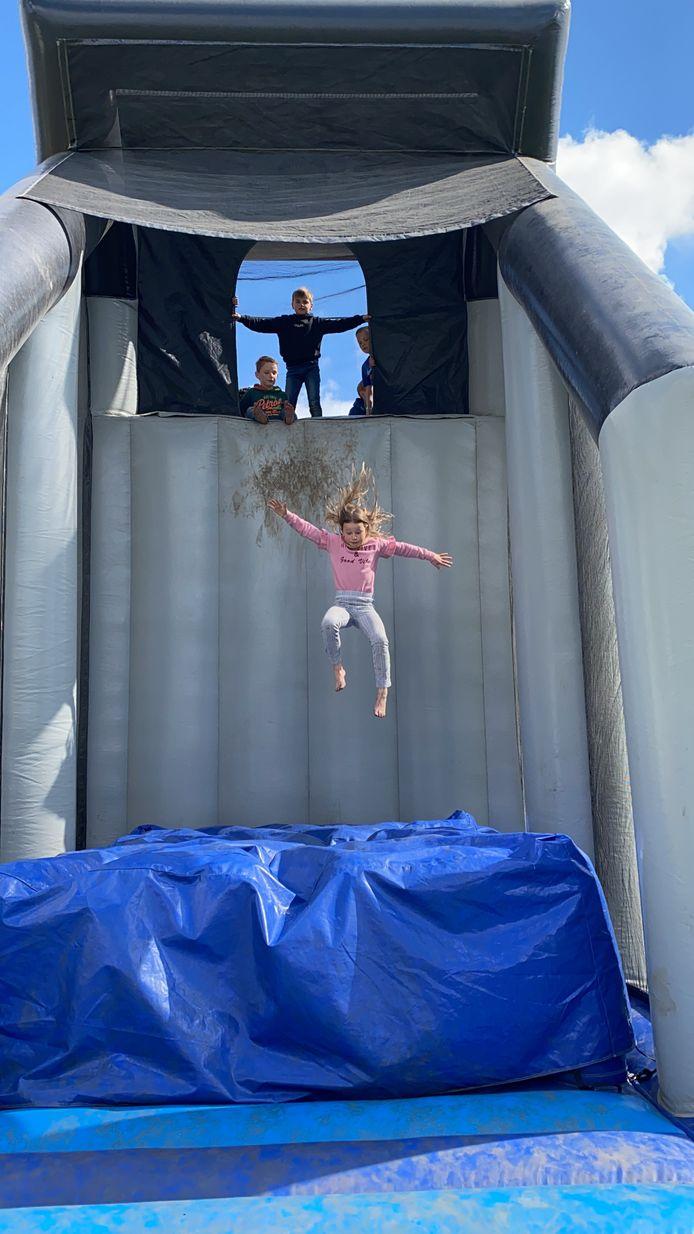 Het springkussen Zeelandbrug is favoriet bij de kids in Outdoor Brielle.