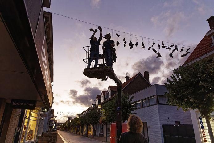 De schoenen die eerder zijn opgehangen in een deel van de Grotestraat in Waalwijk, zijn weer weg.