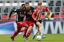 Yorbe Vertessen in duel met Ridgeciano Haps en Marcos Senesi van Feyenoord.