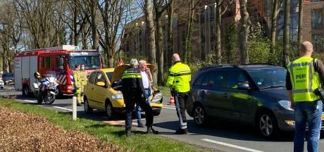Drie auto's botsen tegen elkaar, één persoon naar ziekenhuis