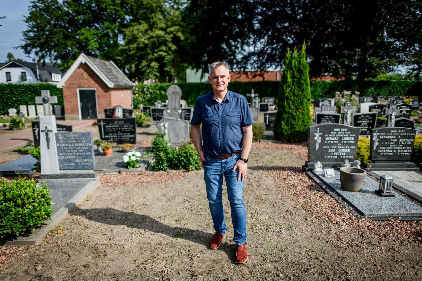 André Oude Weernink, administrateur van de begraafplaats locatie Weerselo, bij de plek waar Bernard Plegt ligt begraven. Binnenkort krijgt hij weer een graf met herdenkingssteen.