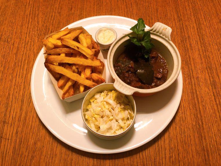 Stoverij met friet, mayo en witlofsalade. Beeld Marcus Huibers