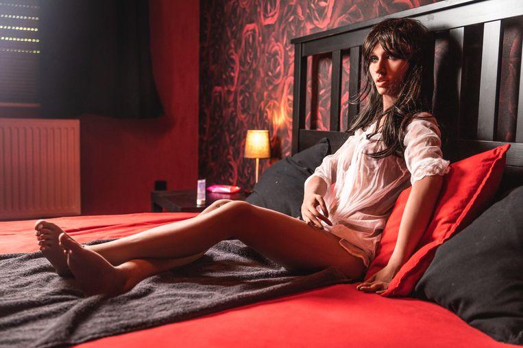 Een inwoner van het Sex Doll House, het sekspoppenbordeel van Fabrice Jacobs in Meise. Beeld Jan Aelberts