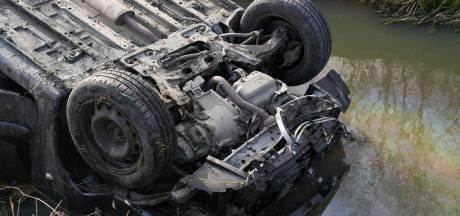 Auto belandt op zijn kop in de sloot in Macharen