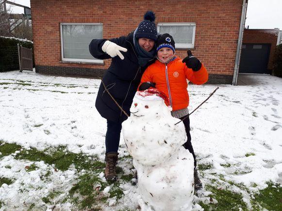 Moeder Ann en zoon Vic maakten samen een sneeuwman.