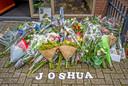 Veel bloemen voor de overleden Joshua.