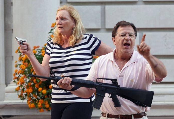 Patricia en Mark McCloskey richten eind mei hun wapens op een groep betogers aan hun villa.