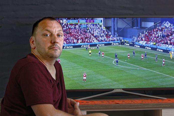 Ronny van Pinxteren met naast hem op tv het moment dat veel bij hem losmaakte.