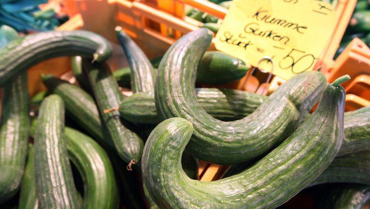 Kromme komkommers in een Duitse supermarkt Beeld epa