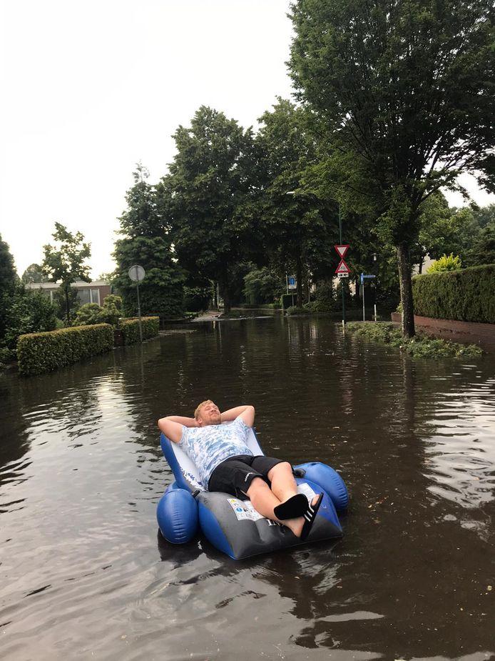 Jari uit Goirle maakt van de situatie gebruik door op het water te dobberen.