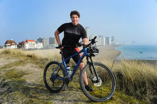 Waterpoloër Jarno de Jonge ligt tijdens de coronastop niet in het water, maar fietst er langs.