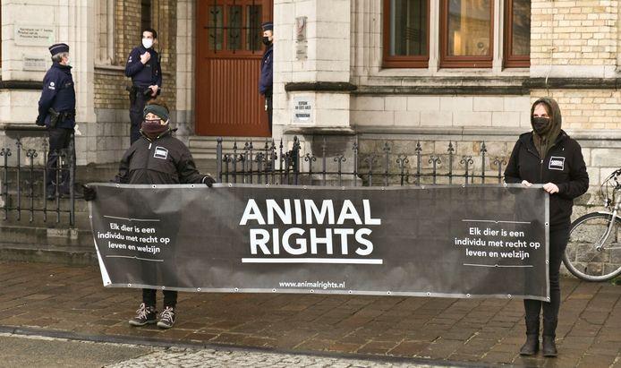 Stille actie aan de rechtbank van Ieper door Animal Rights.