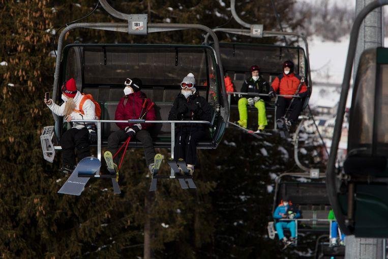 Skiërs dragen verplichte mondmaskers in het Oostenrijkse skioord Stuhleck.  Beeld AFP