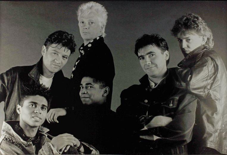 The Radios, met Robert Mosuse, Bart Peeters, Dany Lademacher, Ronny Mosuse, Marc Bonne en Alain Van Zeveren. Beeld VRT