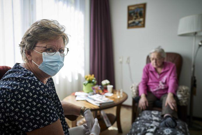 Een bewoonster van verpleeghuis Leilinde van Woonzorgcentra Haaglanden krijgt bezoek.