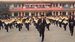 VIDEO. Deze schooldirecteur danst elke ochtend met al zijn leerlingen