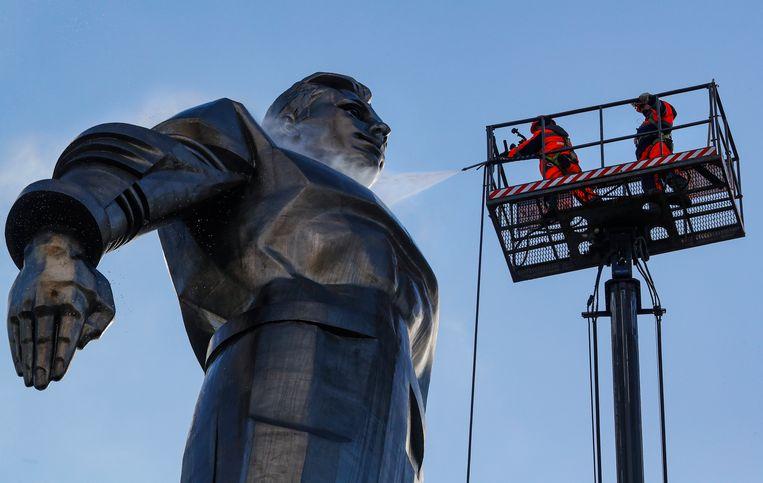 Medewerkers van de gemeente Moskou spuiten het 40 meter hoge beeld van Joeri Gagarin schoon. Het eerbetoon aan de Russische ruimtereiziger moet er piekfijn uitzien voor de Kosmonautendag op 12 april. Het is dan de zestigste verjaardag van de eerste bemande ruimtereis.  Beeld EPA