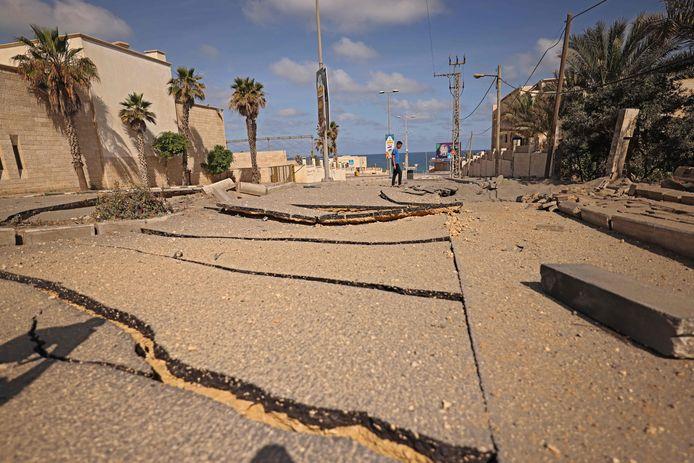 Grote schade aan een belangrijke verkeersader in Gaza. De Israëlische luchtmacht voerde maandagochtend een reeks aanvallen uit.