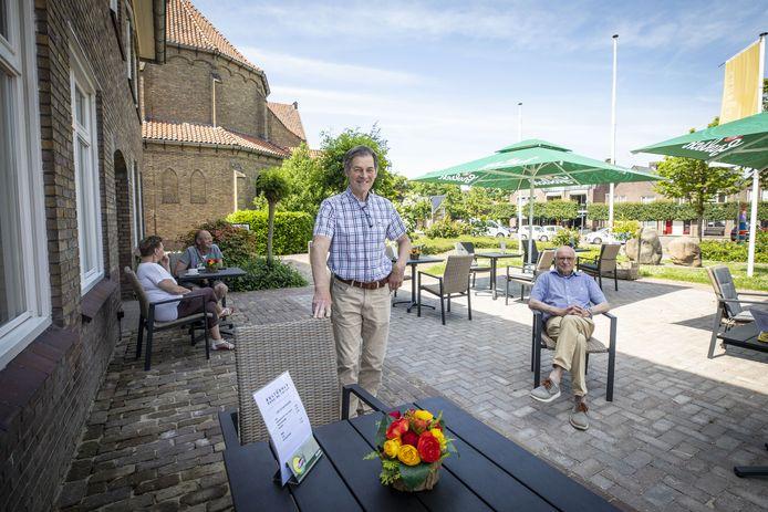 Hans Engelbertink (links) en Jan Nijland zijn  ervan overtuigd dat de verbouwing van kulturhus de CoCer voor meer levendigheid gaat zorgen in de dorpskern van Rossum.