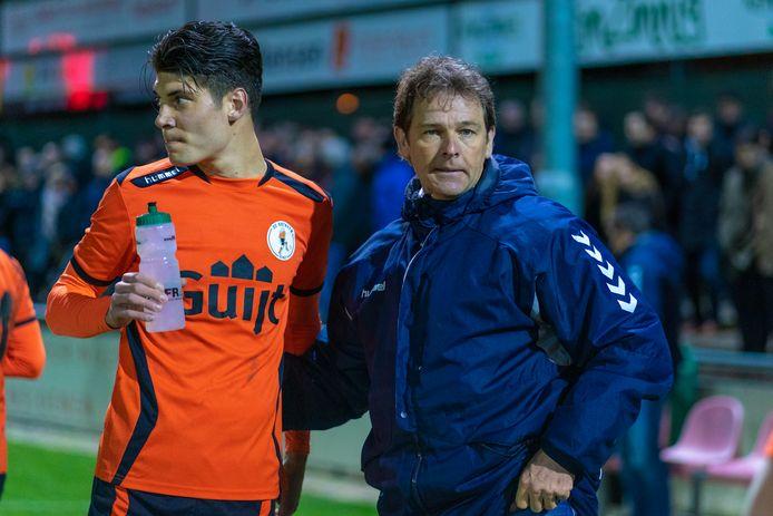 Rob Bouman, hier nog als trainer van De Bataven in gesprek met Tim Waterink, blijft ook volgend seizoen bij klassegenoot SC Bemmel.