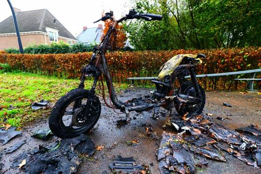 Een volledig uitgebrande deelscooter in Glanerbrug, na te zijn opgeblazen met vuurwerk, dinsdagavond.