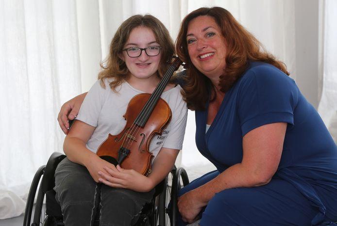 Benthe Santema en haar moeder Welmoed Santema. De 13-jarige Benthe lijdt aan een de broze-bottenziekte.