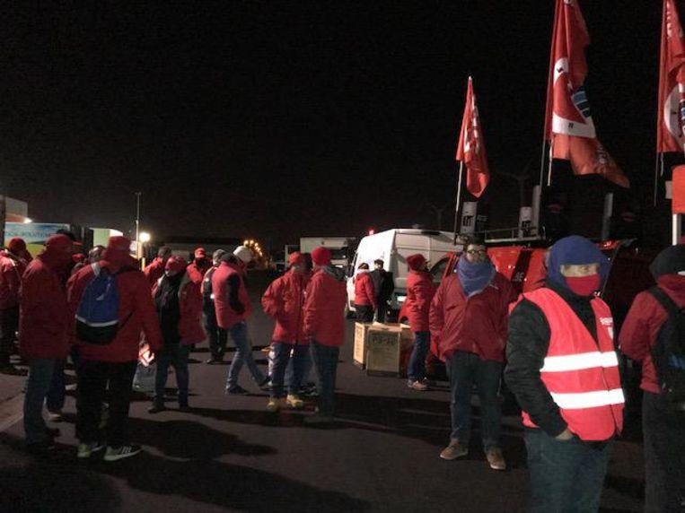 De vakbonden blokkeerden even de Izegemse vestiging, voor ze door de politie weggestuurd werden.