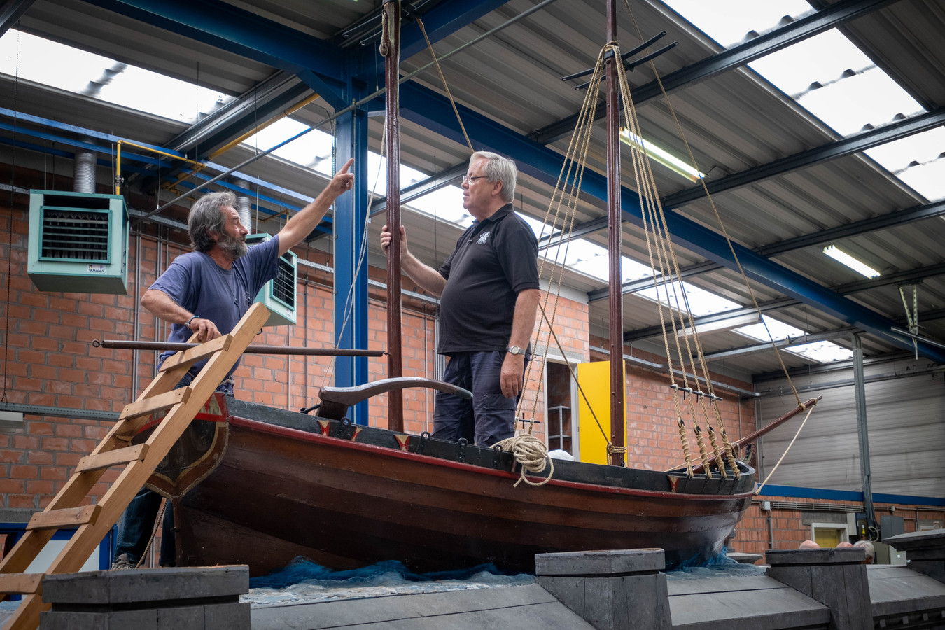 Philippe Vanthournout en Koen De Vriese geven praalwagen 't Schip van 's Lands Welvaren een opknapbeurt.
