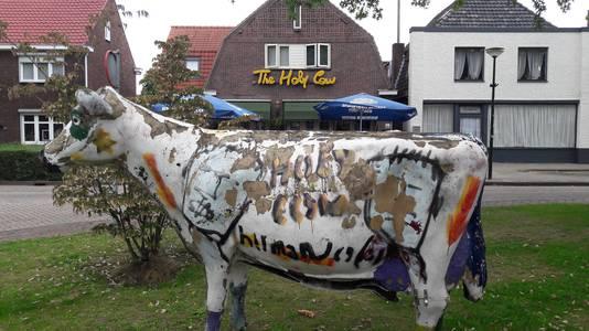 Rockcafé The Holy Cow plaatste samen met De HeerenMeester nieuwe verkeersborden op de Boschweg in Schijndel: Let op, overstekende obers!