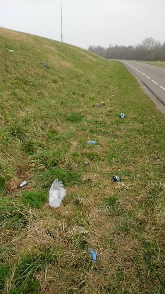 Een spoor van afval op de dijk langs de Kanaalweg bij Vlake.
