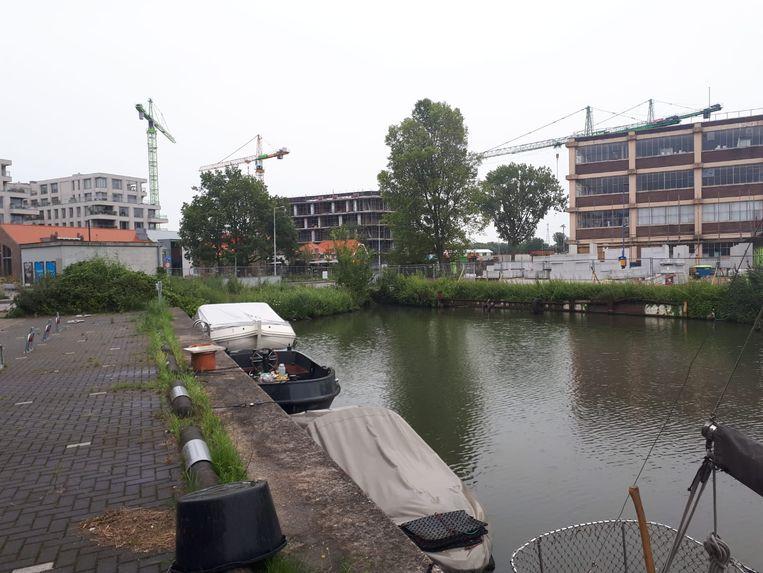 De boot waar het voorval zich afspeelde lag aan deze kade in Amsterdam. Het vaartuig is inmiddels weggesleept. Beeld AD