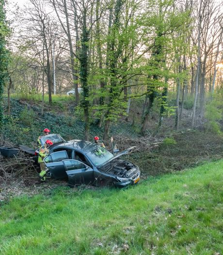 Dronken bestuurder slaat met auto over de kop in Tilburg, twee bijrijders lichtgewond