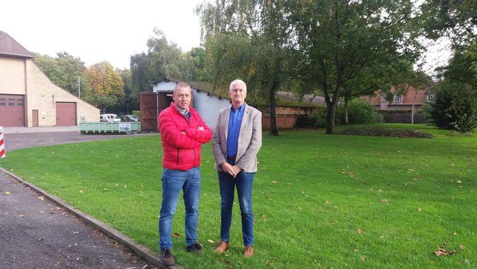 Oppositieraadsleden Benedikt Planckaert en Jan De Potter van U. op de locatie die nu de voorkeur wegdraagt van het bestuur. Zij stelden die locatie voor in 2019, maar volgens het bestuur stond die locatie toen ook al op hun lijstje.