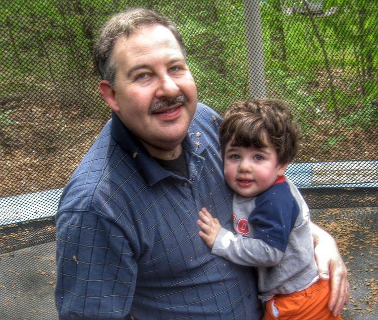 Lenny Pozner met zijn zoon Noah. Noah was een van de twintig kinderen die in 2012 op een school in Sandy Hook zijn doodgeschoten. Beeld Noah Pozner Gallery