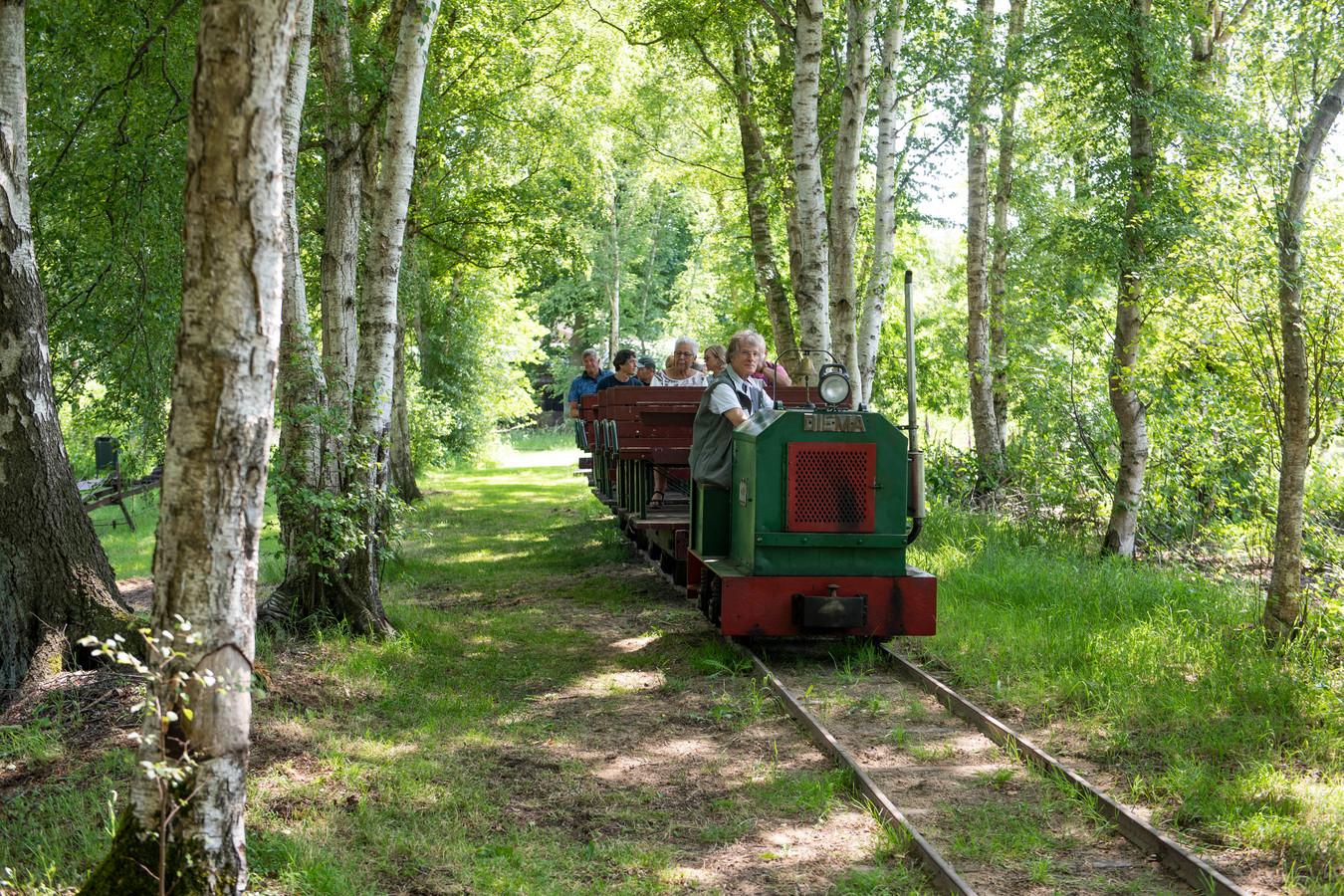 Het leemspoortreintje vervoerde zondag veel bezoekers over het terrein van het Veenmuseum.