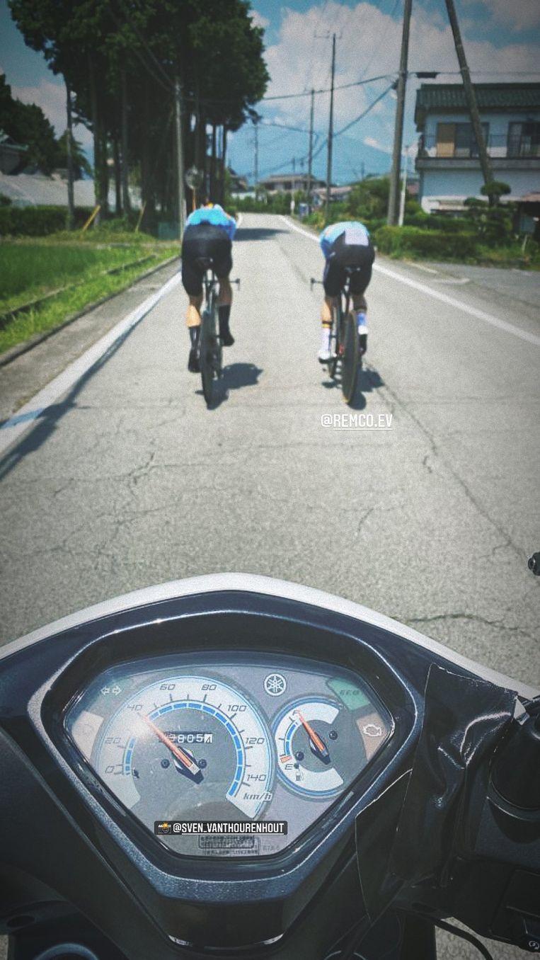 De Belgen gingen samen trainen op de tijdritfiets. Beeld Instagram Wout van Aert