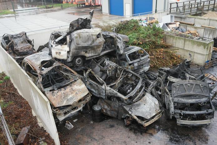 De uitgebrande auto's in Veen.
