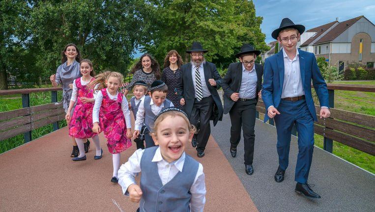 De orthodox-Joodse Moshe (45) en Channa (41) Stiefel-Jacobs hebben negen kinderen. Mussi (19), Sorele (18), Mendy (16), Meirke (14), Menuchele (12), Gitty (10), Levi (8), Yossi (6), Leibele (4). Beeld null