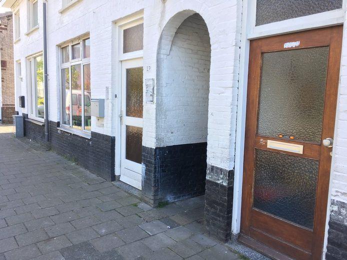 Foto van portiek waar slachtoffer half in lag, huisjes in Molenweg en onderzoek in flat.