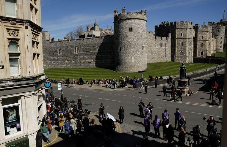 Mensen verzamelen zich voorafgaand aan de begrafenis van de Britse prins Philip in Windsor, Engeland, zaterdag 17 april 2021. Philip stierf op 9 april op 99-jarige leeftijd na 73 jaar huwelijk met de Britse koningin Elizabeth II.  Beeld AP