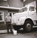 Joop Hoksbergen legde in 1949 de kiem voor het familiebedrijf Centropa. Dat groeide uit tot een van de grootste transportbedrijven van Nederland. Op de foto uit 1968 wast werknemer Anton van de Beek voor zijn woning in de Röntgenstraat een Scania vrachtwagen. In 1992 verkocht de Centropa Groep het bedrijf aan het Australische Mayne Nickless.