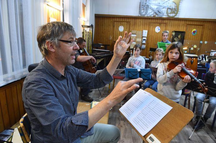 Dirigent Bart van den Goorbergh schreef de jubileumvoorstelling 'Op naar de honderd' samen met Hans Keuper, die met zijn band ook meewerkt.