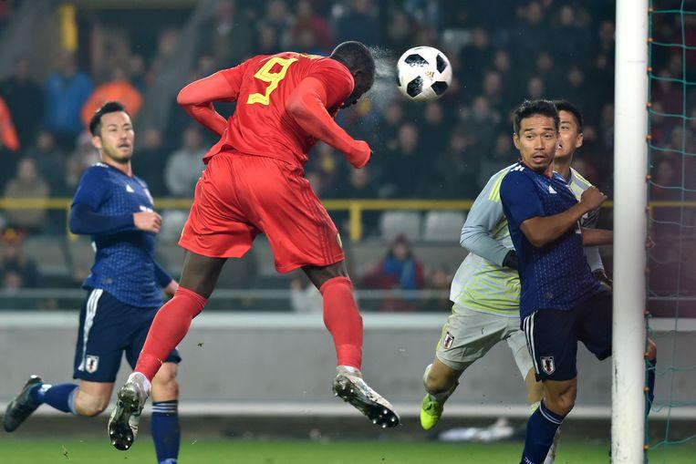 Romelu Lukaku scoort in de vriendschappelijke match tegen Japan, afgelopen november. Met Saudi-Arabië volgt dinsdag weer een 'kleine' sparringpartner. Beeld REUTERS