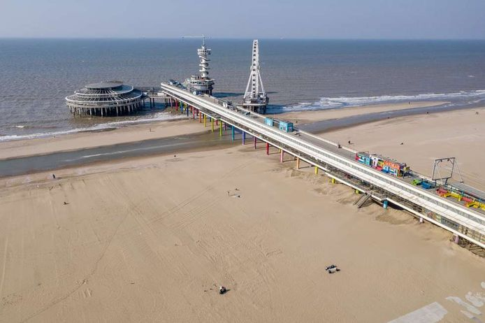 Een leeg strand bij Scheveningen, ondanks het goede weer blijven de toeristen weg.