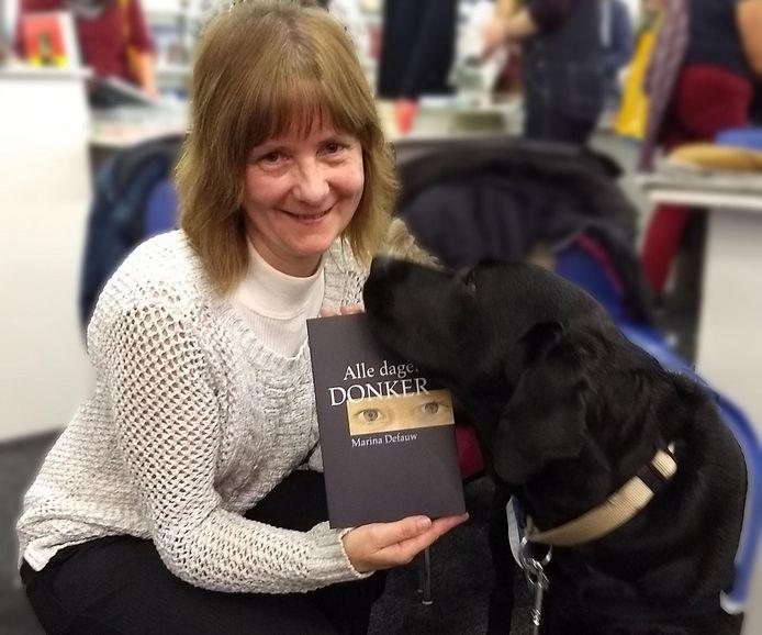 Marina Defauw met boek 'Alle dagen donker'.